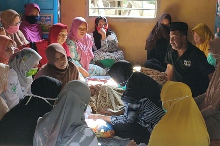 Ibunda Wiwin A Gani menangis sedih di hadapan jenazah anaknya yang tewas tenggelam saat hendak ziarah ke makam salah satu tokoh penyebar Islam di desanya, Selasa (26/5/2020).