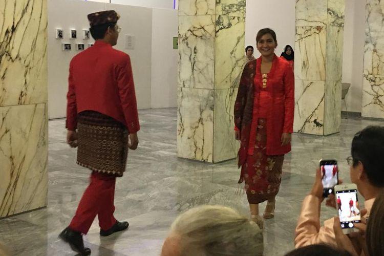 Masyarakat Indonesia di Roma ikut memeriahkan peringatan Hari Batik yang jatuh setiap tanggal 2 Oktober. Mereka berpartisipasi pada acara pembukaan Festival Film Asiatica di Roma, Jumat (1/10/2019), dengan mengenakan beragam pakaian batik.