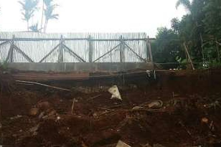 Suasana longsor yang terjadi akibat pondasi tembok yang rapuh di Kemang Timur 17, Jakarta Selatan, Jumat (4/3/2016). Akibat peristiwa ini, lima rumah yang berada sekitar tiga meter dibawahnya tertimpa dan mengalami kerusakan.