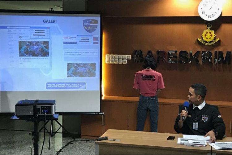 Kepala Subdirektorat I Direktorat Tindak Pidana Siber Bareskrim Polri Kombes (Pol) Irwan Anwar saat konferensi pers pengungkapan pelaku penyebar hoaks dan fitnah. Konferesi pers dilaksanakan di Kantor Dittipid Siber Tanah Abang, Jakarta Pusat, Kamis (8/3/2018).
