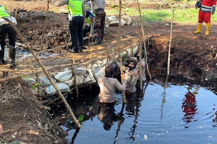 Personel Polisi Wanita Polres Ogan Komering Ilir melakukan pembuatan sekat kanal di wilayah rawan terjadi kebakaran lahan di Kabupaten Ogan Komering Ilir dalam rangka mencukupi kebutuhan air untuk penanganan kebakaran hutan dan lahan di wilayahnya