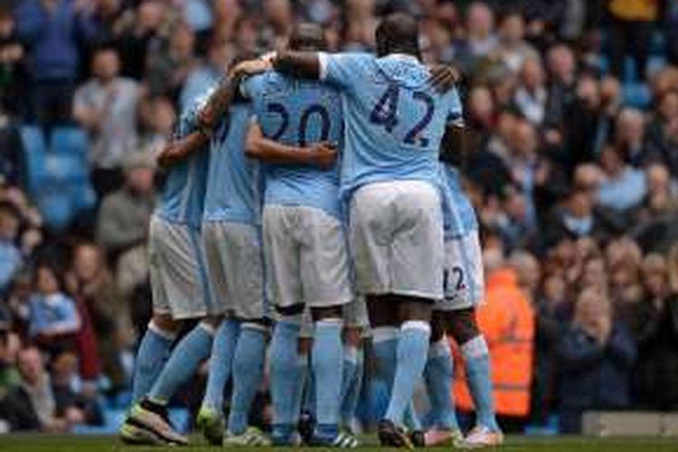 Para pemain Manchester City merayakan gol ke gawang Stoke City, dalam laga Premier League di Stadion Etihad, Sabtu (23/4/2016).