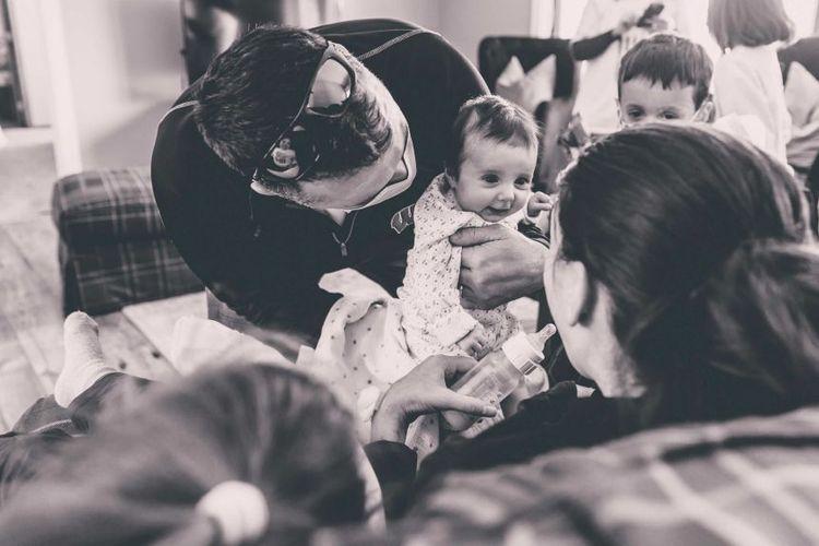 Derek Townsend membawa putri mereka Lucy untuk bertemu ibunya Kelsey pertamakalinya.(Taryn Ziegler Marie Photography/AP)