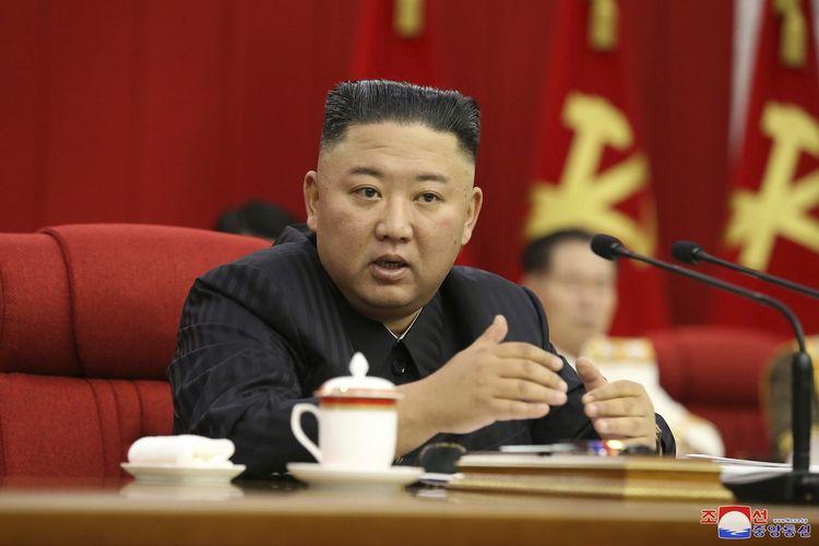 Dalam foto yang dirilis pemerintah Korea Utara, Kim Jong Un berbicara selama pertemuan Partai Buruh Korea di Pyongyang pada 17 Juni 2021. Dalam pidatonya, Kim Jong Un memerintahkan pejabatnya untuk bersiap jika terjadi konfrontasi dengan Amerika Serikat.