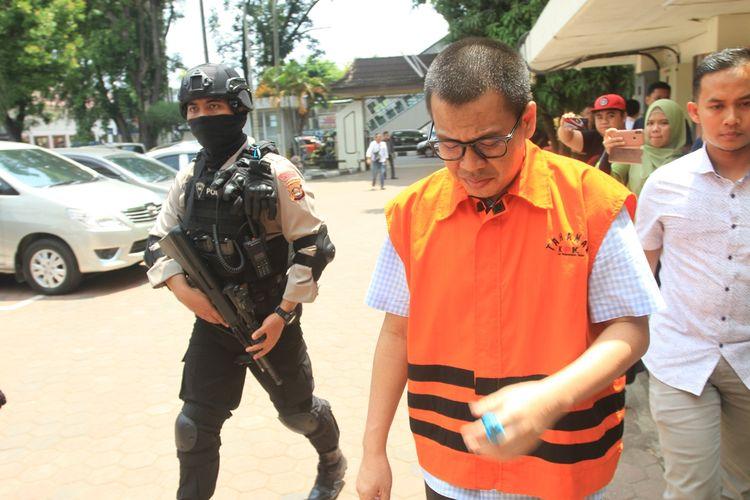 Terdakwa Robi Okta Fahlevi terdakwa kasus suap proyek pembangunan jalan yang menjerat Bupati Muara Enim usai menjalani sidang di Pengadilan Negeri Kelas 1A Palembang, Rabu (20/11/2019).