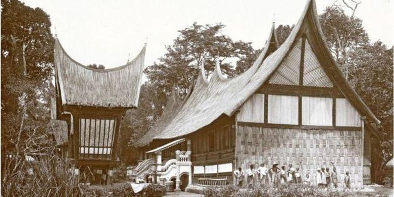Rumah adat Minang di Bukittinggi, Sumatera Barat, pada era pendudukan kolonial Belanda sebelum 1920.