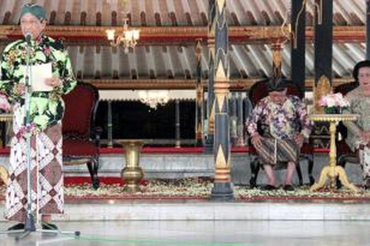 Raja Keraton Yogyakarta Sri Sultan Hamengku Buwono X membacakan sabda tama atau amanat di Bangsal Kencana Keraton Yogyakarta, Jumat (6/3/2015). Dalam sabda tama itu, Sultan meminta para kerabat keraton tidak lagi berkomentar tentang kemungkinan pergantian raja di Keraton Yogyakarta. Hadir dalam acara itu para kerabat Keraton Yogyakarta, termasuk permaisuri raja Gusti Kanjeng Ratu Hemas, dan Adipati Kadipaten Pakualaman, Kanjeng Gusti Pangeran Adipati Aryo Paku Alam IX.    Kompas/Haris Firdaus (HRS)  06-03-2015