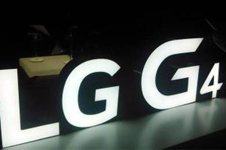 Logo LG G4 dipajang di tempat peluncuran G4 di Singapura, Rabu (24/4/2015).