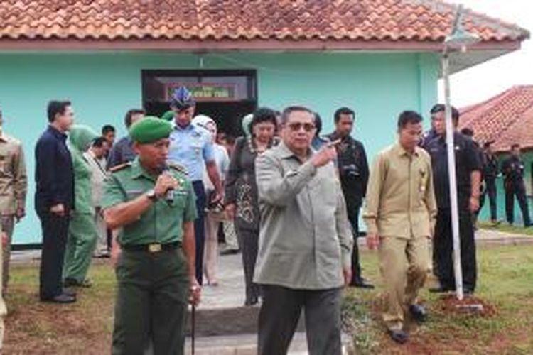Presiden Susilo Bambang Yudhoyono meninjau markas Komando Pendidikan dan Pelatihan Tempur (Dodiklatpur) Resimen Induk Kodam (Rindam) III/Siliwangi, Ciuyah, Lebak, Banten, Jawa Barat, Senin (23/12/2013).