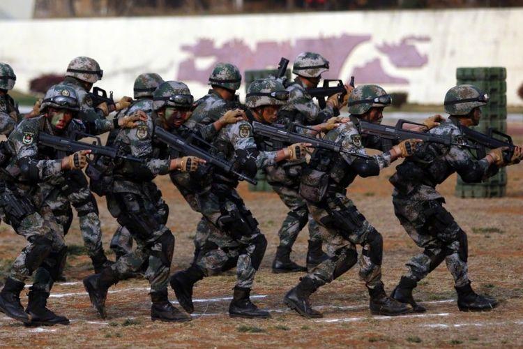 Pasukan militer Tentara Pembebasan Rakyat (PLA) China dalam latihan militer gabungan dengan angkatan bersenjata Kamboja, Sabtu (17/3/2018).