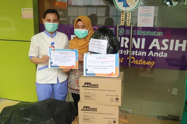 Kompas.com menyerahkan bantuan paket berisi 20 buah alat pelindung diri (APD), 40 boks handscoon atau sarung tangan karet, 1 boks masker N-95 dan 30 buah kacamata pelindung atau goggles kepada perawat RS Murni Asih di Legok, Tangerang, Banten, Jumat (27/3/2020). Bantuan ini merupakan donasi dari pembaca Kompas.com melalui kampanye Bersama Melawan COVID-19 di Kitabisa.com.