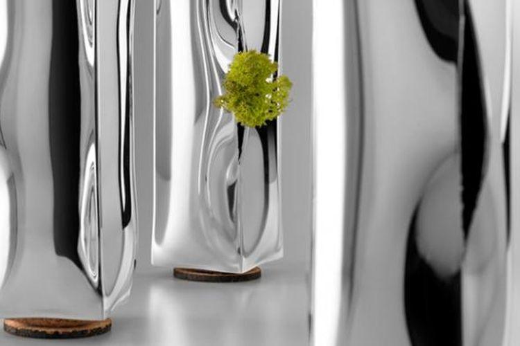 Berbeda dengan vas bunga lainnya, Anda akan sulit menaruh bunga dalam vas ini. Bentuknya menyerupai boks kertas yang dipenuhi dengan air beku. Bedanya, vas ini tentu lebih elegan ketimbang boks kertas.