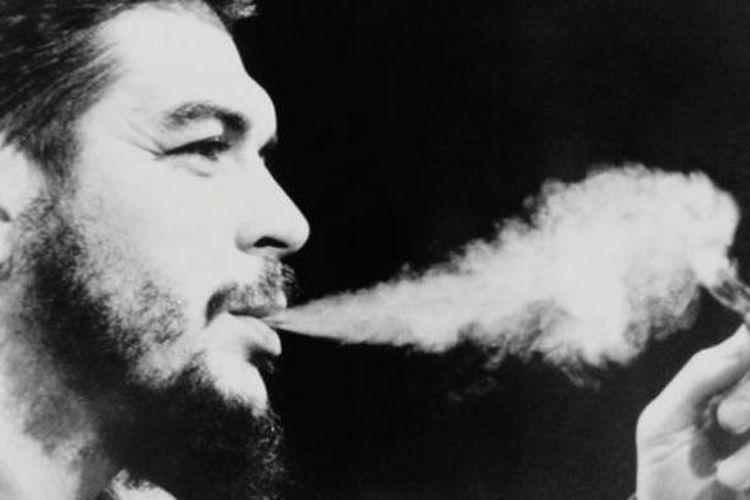 Che Guevara dikenal sangat menggemari cerutu.