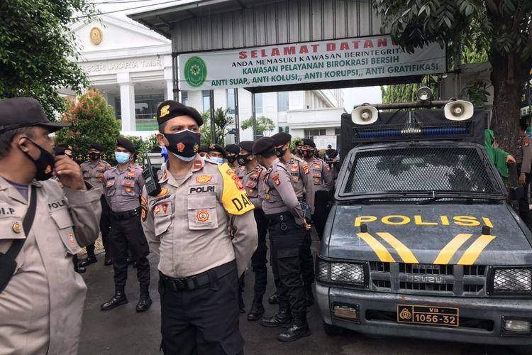 Polisi memblokade sebagian pintu masuk Pengadilan Negeri Jakarta Timur (PN Jaktim) dengan mobil pengeras suara pada Selasa (30/3/2021) pagi.