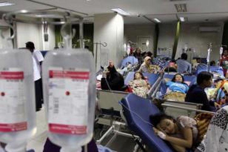 Warga pasien Kartu Jakarta Sehat menjalani perawatan di ruang IGD Rumah Sakit Koja, Jakarta Utara, Senin (27/5/2013). Permintaan warga akan layanan kesehatan di rumah sakit tersebut tinggi sehingga ruangan IGD dipenuhi warga.
