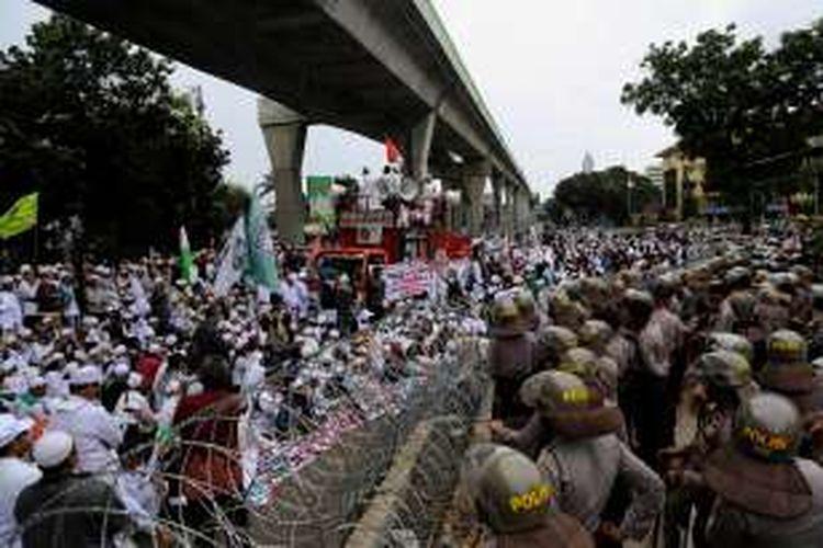 Massa Front Pembela Islam melakukan aksi unjuk rasa di depan gedung Mabes Polri, Jakarta Selatan, Senin (16/1/2017). Mereka menuntut agar Kapolri Jenderal Pol Tito Karnavian mencopot Kapolda Jawa Barat Irjen Anton Charliyan dari jabatannya karena dianggap membiarkan pecahnya kerusuhan antara FPI dan LSM GMBI di Bandung, Jawa Barat pada pekan lalu.