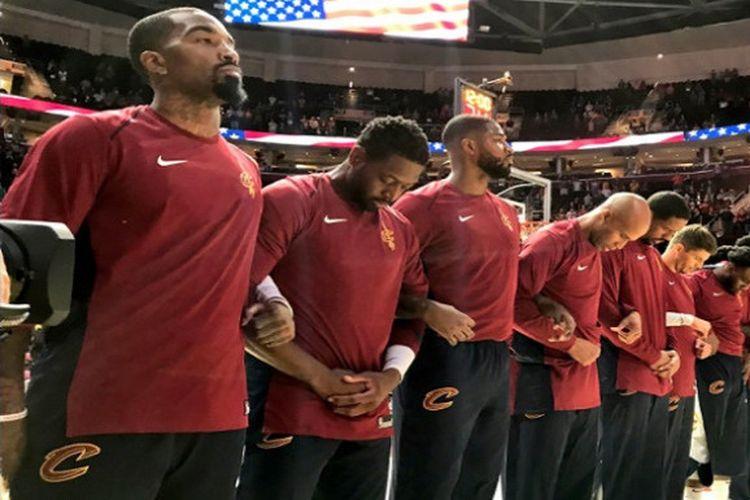 Momen saat pemain Cleveland Cavaliers menyanyikan lagu kebangsaan Amerika Serikat pada laga preseason NBA melawan Atlanta Hawks, Rabu (4/10/2017).