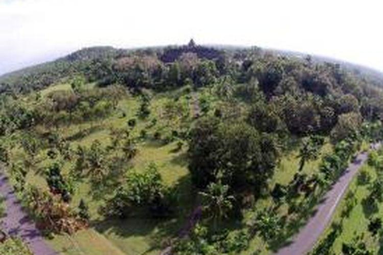 Lanskap Candi Borobudur, Magelang, Jawa Tengah, difoto dari udara, Sabtu (28/6/2014). Candi berbentuk stupa ini didirikan oleh para penganut Buddha Mahayana sekitar tahun 800-an Masehi pada masa pemerintahan wangsa Syailendra.