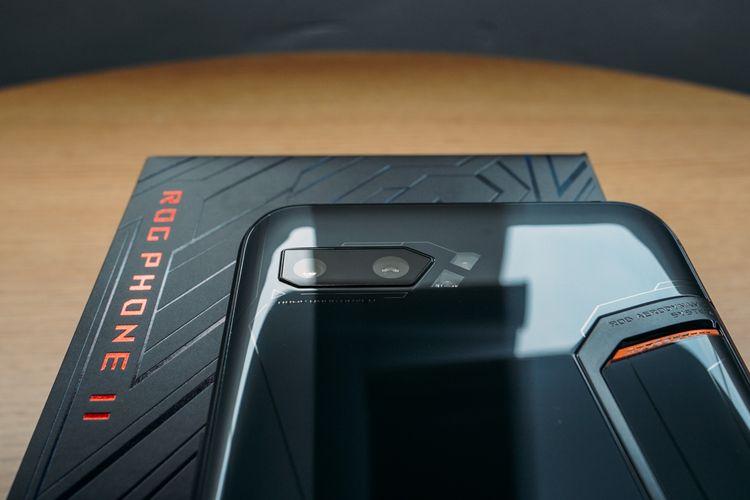 Asus ROG Phone II dan kotak kemasannya.