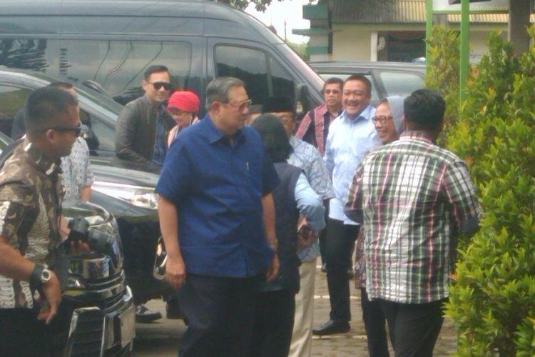 SBY dan AHY Masuk ke Rumah Makan Sebelum Melanjutkan ke Pacitan, Jawa Timur Jumat (18/8/2017)