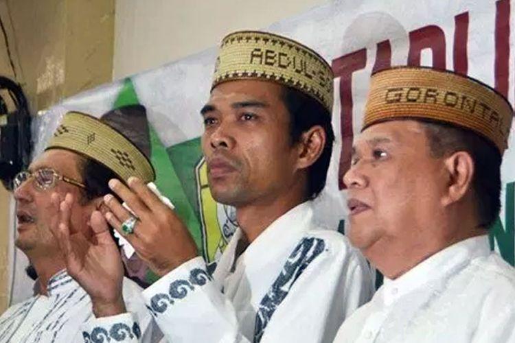 Ustad Abdul Somad (tengah) Bangga mengenakan Upiah Karanji Gorontalo