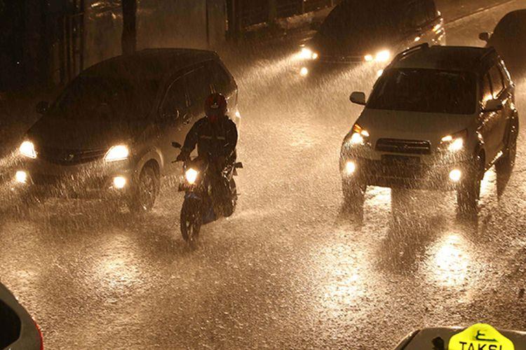 Sejumlah kendaraan melintas di tengah hujan lebat di Jalan Tentara Pelajar, Jakarta, Sabtu (25/2/2017).