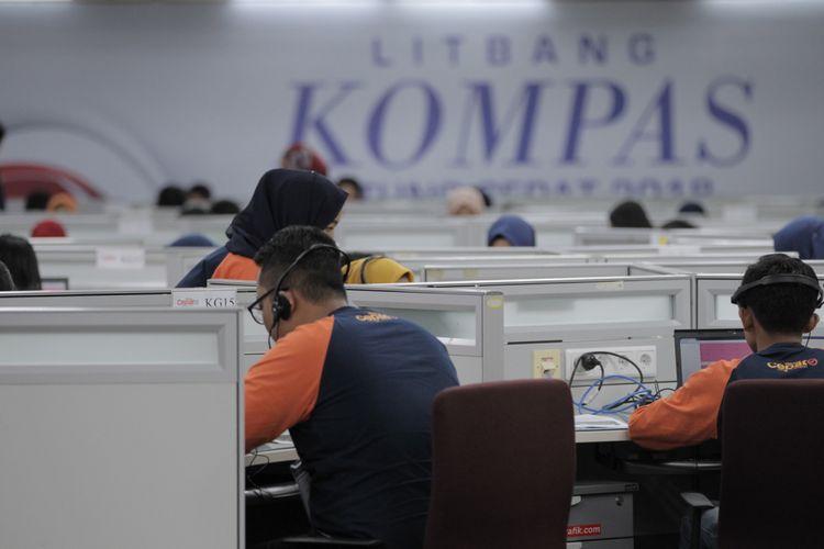 Suasana di dalam ''war room'' quick count Litbang Kompas, Palmerah, Jakarta, Rabu (27/6/2018). Ruangan ini terbagi dalam 3 kompartemen utama yang mewakili tiga wilayah yang dilakukan hitung cepat, yaitu kompartemen Jawa Barat, Jawa Tengah dan Jawa Timur.