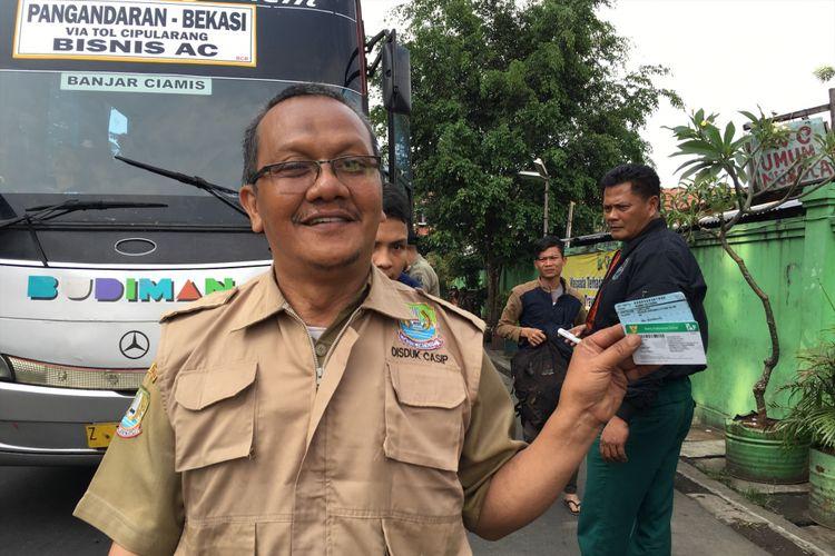 Pemerintahan Kota (Pemkot) Bekasi melalui Dinas Kependudukan dan Catatan Sipil (Disdukcapil) gelar operasi yustisi di terminal bus Kota Bekasi pada Senin (10/7/2017).