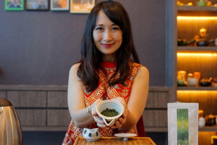 Pakar teh, Ratna Somantri, menunjukan Gyokuro, teh hijau dari Jepang.