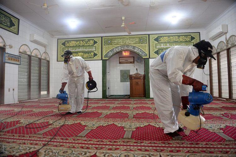 Penyemprotan cairan disinfektan di Masjid Hablul Muttaqin di Pejambon, Gambir, Jakarta Pusat, Jumat (6/3/2020). Foto: Dewan Masjid Indonesia.