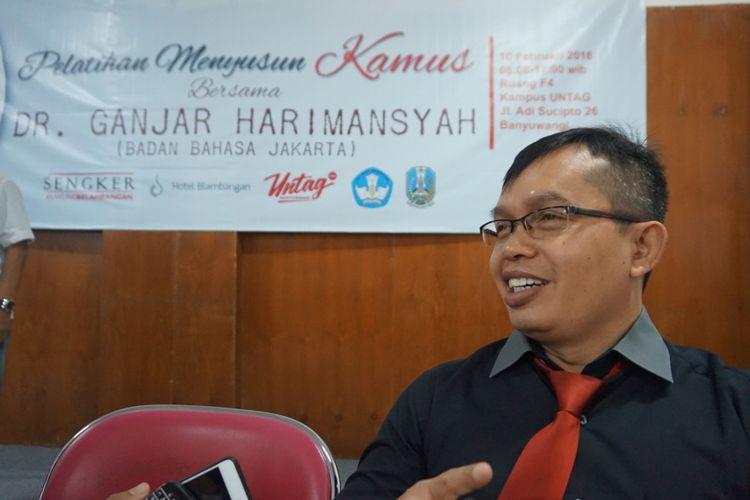 Ganjar Harimansyah, Kepala bidang pelindungan pusat pengembangan dan pelindungan badan bahasa Jakarta saat mengisi pelatihan menyusun kamus yang diselenggarakan oleh komunitas Sengker Kuwung Blambangan di aula kampus UNTAG Banyuwangi Sabtu (10/2/2018)