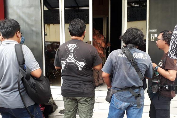 Wakapolda Jatim, Brigjen Toni Hermanto juga tidak menjawab ketika ditanya wartawan, saat keluar dr gedung Ditreskrimsus