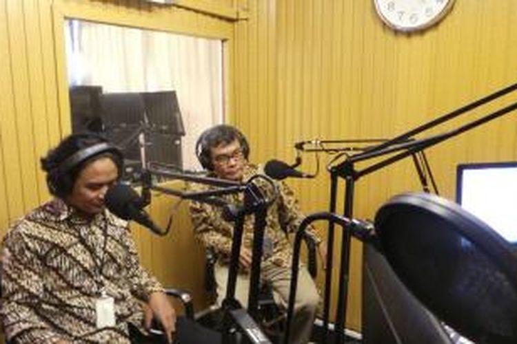 Juru bicara Komisi Pemberantasan Korupsi (KPK) Johan Budi (kanan) melakukan siaran perdana pada peluncuran Radio
