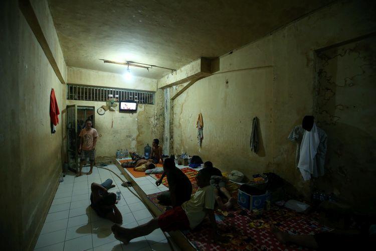 Tahanan pria menonton televisi di ruang tahanan rutan Markas Kepolisian Daerah Metropolitan Jakarta Raya, Jakarta, Jumat (16/2/2018). Kondisi rutan terbesar di Indonesia ini memiliki fasilitas yang cukup nyaman bagi para tahanan.