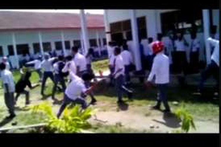 Ratusan siswa dari dua sekolah di Polewali Mandar terlibat perang batu, Selasa (20/9/2016).