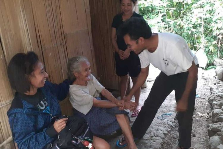 Seorang nenek, Lusia Daghus (85) menatap keponakannya, Paulus Jaghang (41) yang dipasung di tenda di kamarnya yang reyot di Kampung Waebok, Kelurahan Ronggakoe, Kecamatan Kota Komba, Kabupaten Manggarai Timur, NTT, Kamis, (13/8/2020). (KOMPAS.com/MARKUS MAKUR)