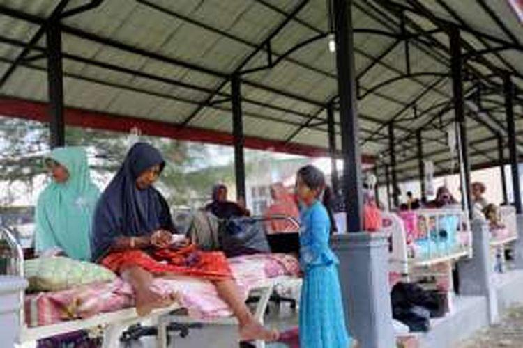 Pasien yang merupakan korban gempa dirawat di lorong RSUD Kabupaten Pidie Jaya, Aceh, Sabtu, (8/12/2016). Gempa bumi berkekuatan 6,5 SR yang berpusat di Pidie Jaya, Aceh pada Rabu (7/12/2016), mengakibatkan banyak korban luka-luka dan dirawat di Rumah Sakit Umum Daerah Pidie Jaya, Meureudeu, Aceh.