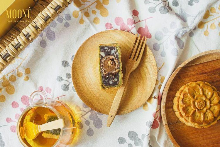 Salah satu varian kekinian kue bulan di Moone Bakery, varian Ferrerro Rocher