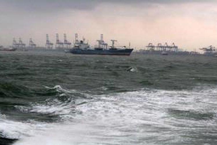 Sejumlah kapal kargo berhenti melakukan aktifitas pelayaran di perairan Pelabuhan Tanjung Priok, Jakarta, Jumat (27/1/2012). Gelombang tinggi di sejumlah perairan di Indonesia menghambat aktifitas pelayaran dan penyeberangan di sejumlah pelabuhan.