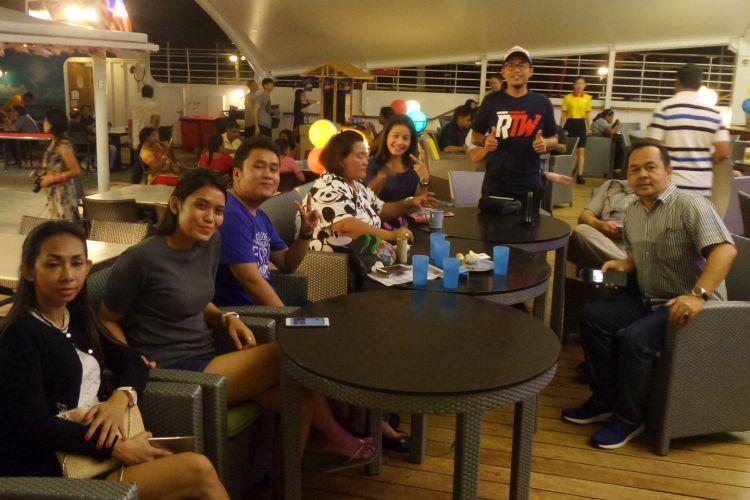 Para pemenang Cordela Vacation Cruise Trip bersantai di atas Kapal Pesiar Superstar Gemini.
