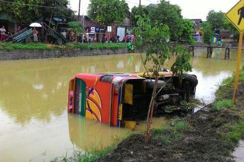 Hindari Lubang, Bus Masuk Sungai di Jalur Pantura Demak
