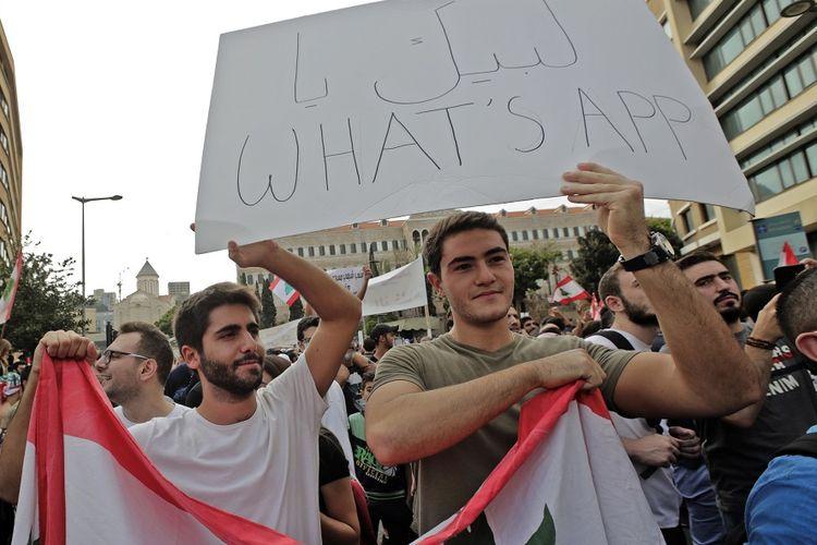 Massa pengunjuk rasa di Beirut menentang rencana pemerintah Lebanon yang hendak mengenakan pajak untuk penggunaan aplikasi pengirim pesan, WhatsApp.