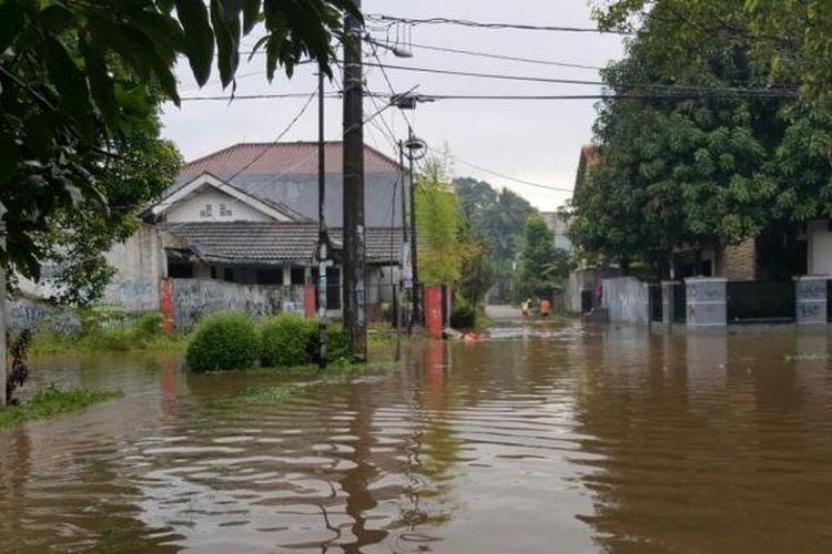 Hujan deras yang turun Rabu (20/7/2016) siang hingga sore menyebabkan rumah-rumah di RT 01 RW 04 Bukit Pamulang Indah, Tangerang Selatan, tergenang.