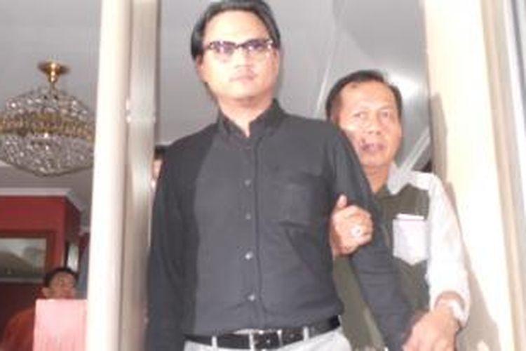Putra Menteri Koperasi dan Usaha Kecil Menengah (UKM) Syarief Hasan, Riefan Avrian (kiri), keluar dari Gedung Kejaksaan Tinggi DKI Jakarta seusai diperiksa selama kurang lebih 8 jam oleh penyidik Kejati DKI Jakarta, Rabu (21/5/2014).