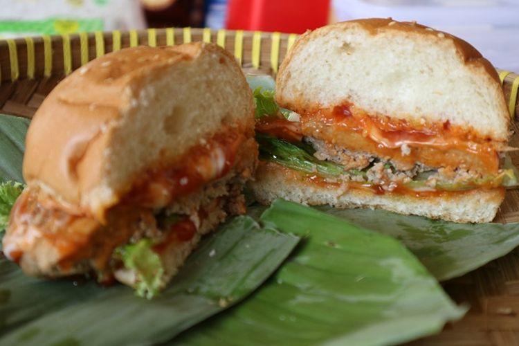 Burger sebagai makanan barat yang diolah berbahan dasar tempe oleh wahana edukasi TempeLand