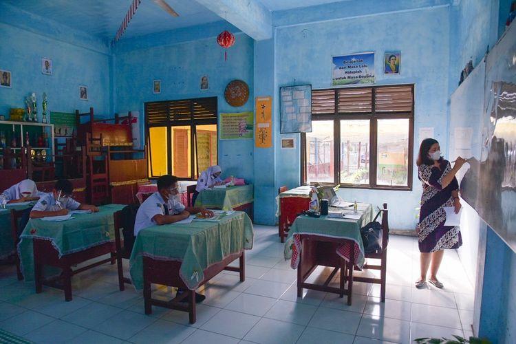 Suasana simulasi pembelajaran tatap muka (PTM) di SMP Negeri 07 Medan, Sumatera Utara, Kamis (17/06/2021). ANTARA FOTO/Fransisco Carolio/Lmo/rwa.