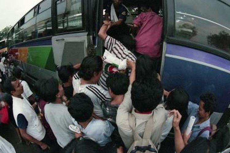Arus calon penumpang mudik Lebaran di Terminal Pulogadung, Jakarta, terlihat padat, Senin (26/1/1998).