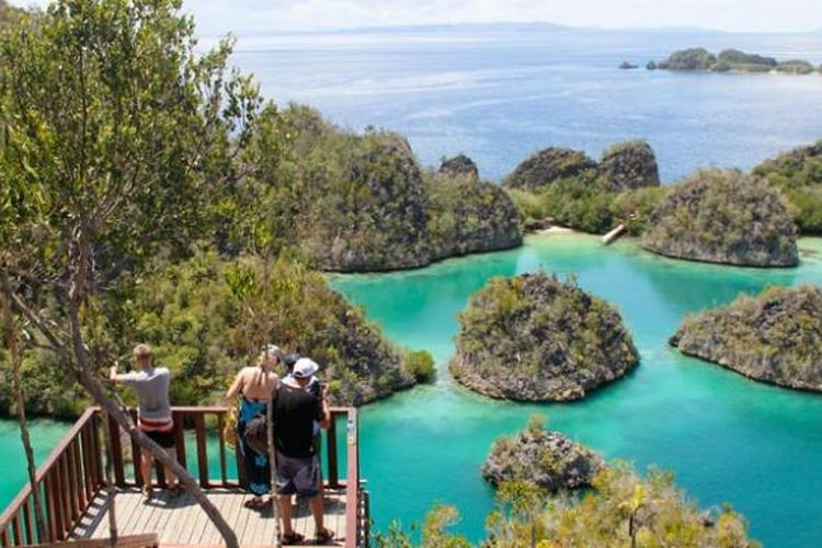 Destinasi wisata Pianemo di Kabupaten Raja Ampat, Papua Barat, Kamis (5/5/2016). Untuk melihat panorama bahari ini, wisatawan harus menaiki 320 anak tangga, sebelum akhirnya rasa capek terbayar begitu melihat keindahan Pianemo dari atas bukit.