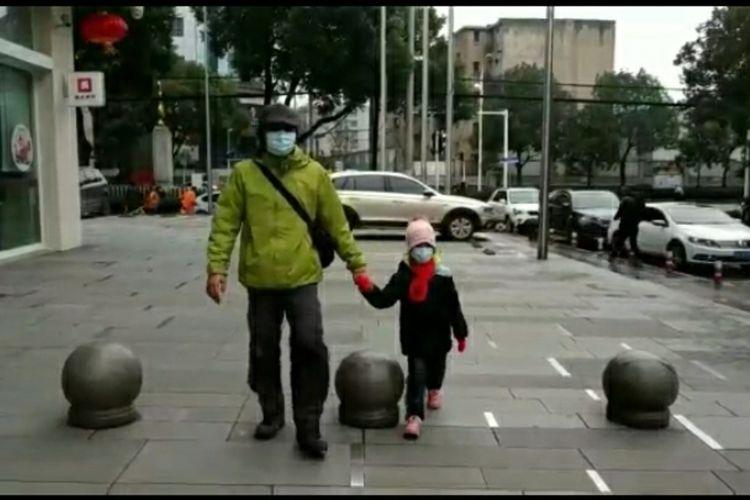 Capture video Rio Alfi dan anaknya sedang berjalan di trotoar di Kota Wuhan, China, yang dilanda wabah virus corona, Senin (27/1/2020). Rio salah satu mahasiswa S2 di China University of Geosciences asal Riau.