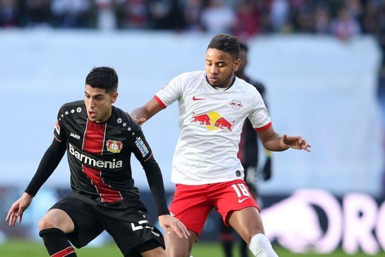 Gelandang Leverkusen asal Argentina, Exequiel Palacios, bersaing dengan pemain tengah Leipzig, Christopher Nkunku dari Leipzig selama pertandingan sepakbola Bundesliga divisi satu Jerman, RB, Leipzig v Bayer Leverkusen, di Leipzig, Jerman timur pada 1 Maret 2020.